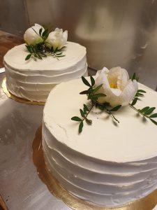 Bröllopstårta uppstruken med smörkräm, dekorerad med pioner (två delar)