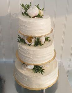 Bröllopstårta uppstruken med smörkräm, dekorerad med pioner (hela tårtan)