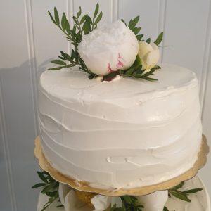 Bröllopstårta uppstruken med smörkräm, dekorerad med pioner (översta delen)