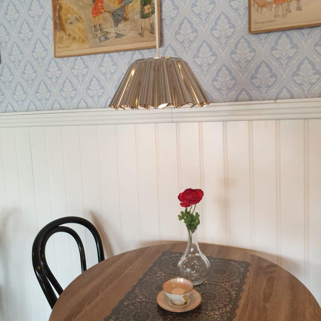 Notera lamporna som hänger över borden är gjorda av sockerkaksformer.
