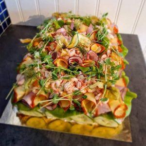 16-bitars smörgåstårta med räkor och skinka